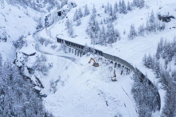 Kaivinkoneet poistivat keskiviikkona lunta avatakseen uudelleen reitit Zermattiin.