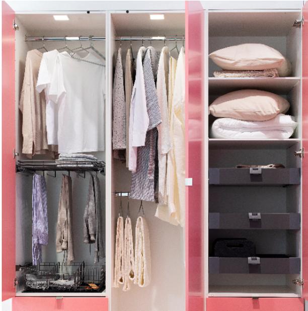 Kaksi paitatankoa tuplaavat korkean vaatekaapin säilytystilan. Hyödynnä myös Topin erilaiset vetolaatikot, korit ja ripustustangot.