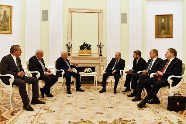 Putin tapasi sairastelustaan huolimatta maanantaina Palestiinan presidentin Mahmud Abbasin yhdessä muiden venäläisviranomaisten kanssa Kremlissä.