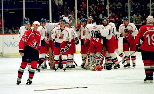 Tshekki juhlii välierävoittoa Kanadasta, Wayne Gretzky (vas.) ja Steve Yzerman ovat pettyneitä.
