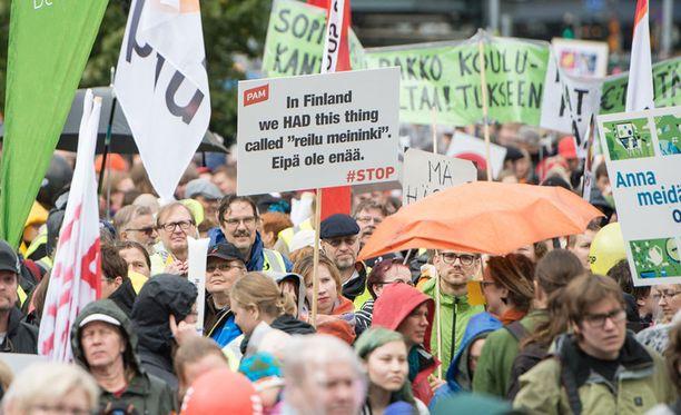 Helsingissä osoitettiin mieltä leikkauksia vastaan puolitoista viikkoa sitten.