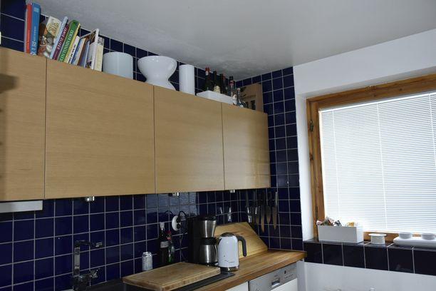 Useissa Alvar Aallon suunnittelemissa kohteissa on koboltinsiniset laatat. Kodin keittiö ei ole enää alkuperäinen, vaan sitä on korjattu alkuperäistä kunnioittaen ja kehittäen. Siniset laatat Outila laittoi seiniin itse.