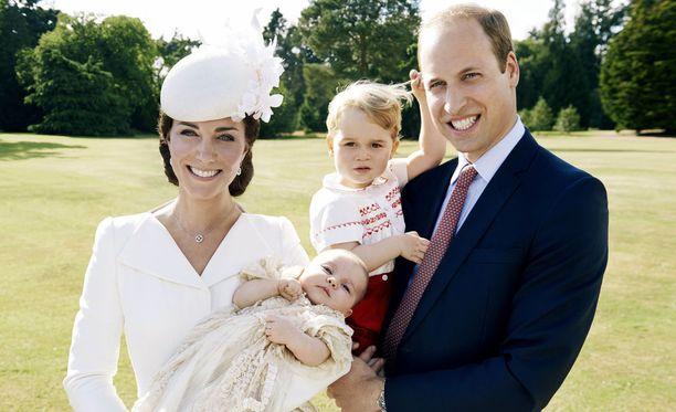 Charlotten ristiäisten jälkeen koko perhe poseerasi yhteiskuvassa.
