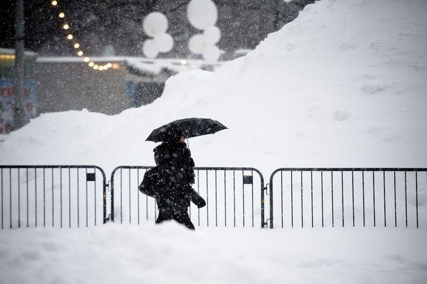 Ohikulkijat eivät auttaneet vanhusta lumessa. Kuvituskuva.