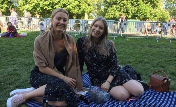 Karolina Bazia (vas.) ja Mia Paavola olivat todistamassa Windsorin häähumua.