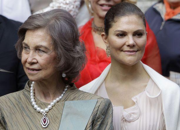 Kruununprinsessa Victoria erottui edukseen pastellisessa asukokonaisuudessa.