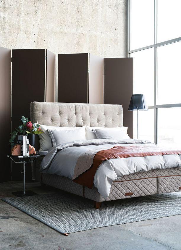 Tässä sängyssä on koosta riippuen jopa kuusi jousikasettia, jotka on jaettu vartalon kolmeen mukavuusalueeseen: hartioihin, lantioon ja jalkoihin. Jokainen alue voidaan säätää pehmeäksi, keskikovaksi, kovaksi tai erittäin kovaksi. Ruotsalainen DUX, DUX 6006 -sänky ja Dante-pääty.