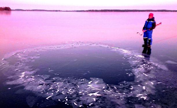 Jukka Viinamäki ihmetteli Lappajärveen syntynyttä outoa reikää, joka on jo ehtinyt jäätyä umpeen. Vettä paikalla on kolmisen metriä.