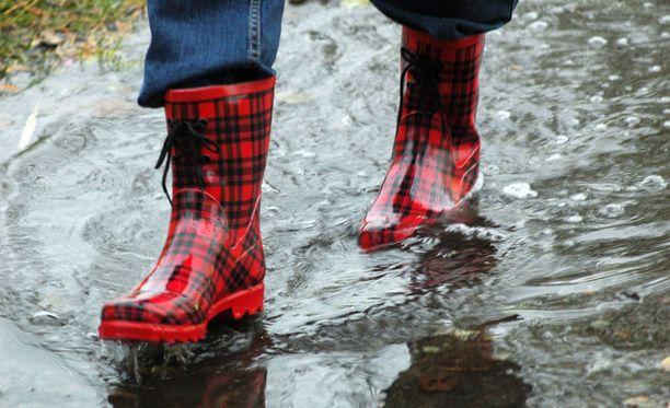 Tällä viikolla sataa ja paistaa. Kumisaappaille on käyttöä keskiviikkona ja perjantaina.
