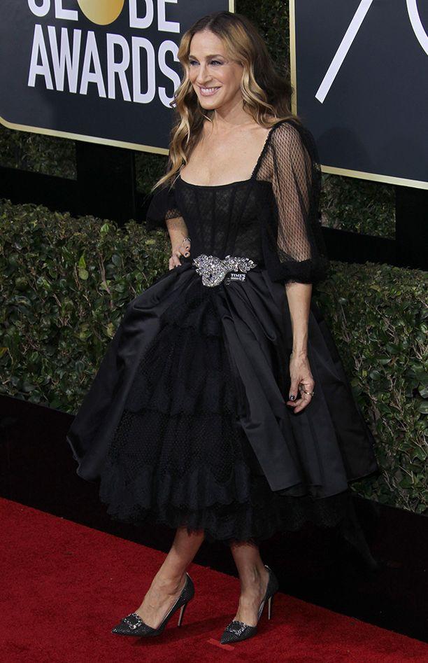 Myös Sarah Jessica Parker lisäsi pinssin mustan iltapukunsa vyötärölle.