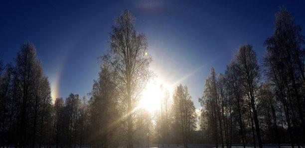 Alkuviikon sää on poutainen. Aurinkokin näyttäytyy.