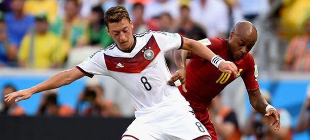 Mesut Özil (edessä) ja André Ayew taistelivat kiivaasti ensimmäisellä puoliajalla.
