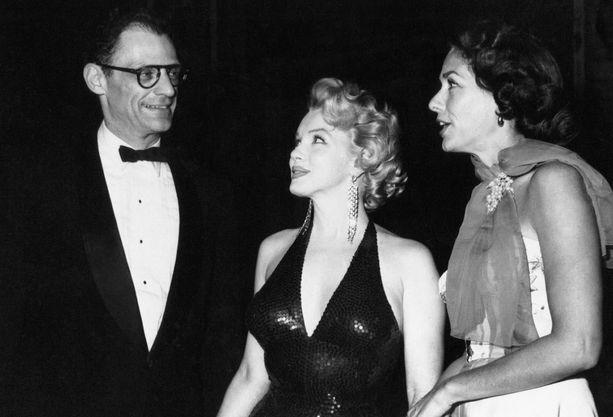 Marilyn Monroen ja Colin Clarkin pikaromanssi osui syyskuulle 1956. Saman vuoden joulukuussa Monroe kuvattiin Arthur Millerin kanssa viettämässä iltaa New Yorkissa.