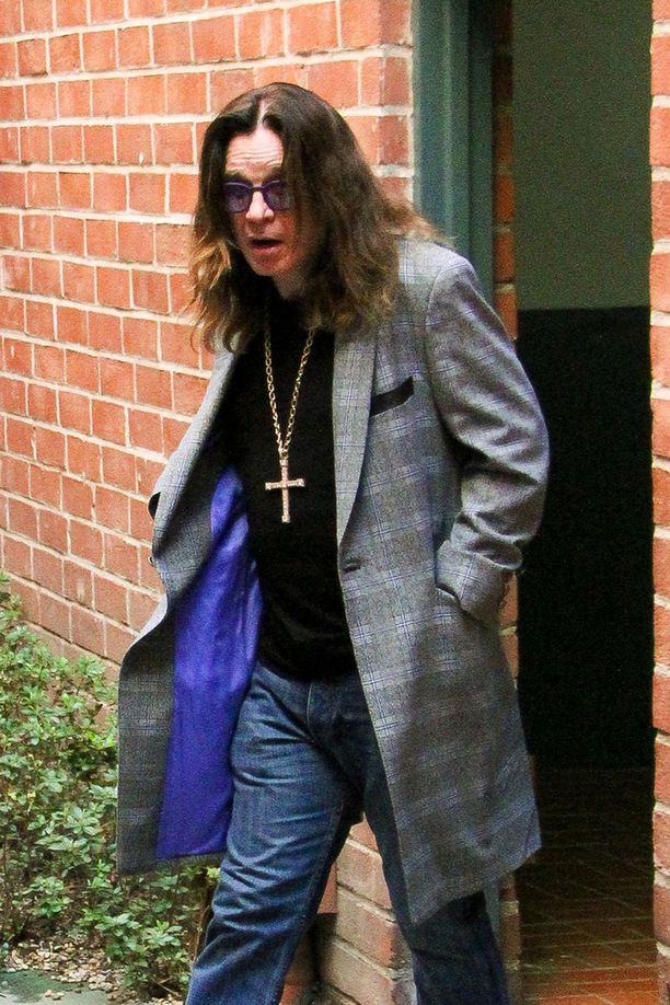 Ozzy Osbourne poistumassa lääkärin vastaanotolta Beverly Hillsissä keskiviikkona.