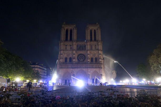 Katedraalin julkisivun päätornit saatiin pelastettua.
