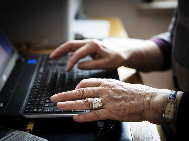 Finanssialan teettämän kyselytutkimuksen mukaan 75 prosenttia suomalaisista on sitä mieltä, että ikääntyvän ihmisen kannattaa mieluummin käyttää säästöjään omaan hyvinvointiin ja kulutukseen kuin jättää mahdollisimman paljon perintöä lapsille.