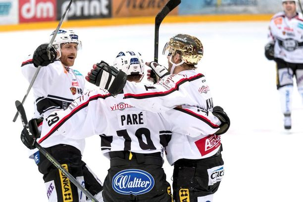 Kapteeni Tomi Kallio (oik.) johtaa TPS:n hyökkäystä lauantaina alkavissa säälipleijareissa.