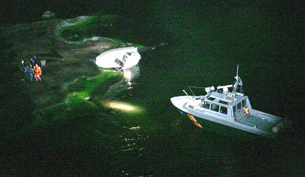 Pirttisaaren meriaseman venepartio haki pulaan joutuneet miehet pois Majholmenin luodolta.