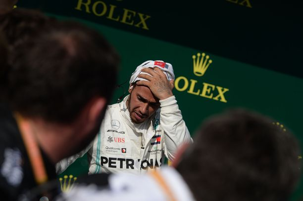 Lewis Hamilton on edelleen suuri suosikki tämän kauden mestariksi, mutta Jos Verstappen näkee britin olevan peloissaan Red Bullin suunnalta tulevasta uhasta.