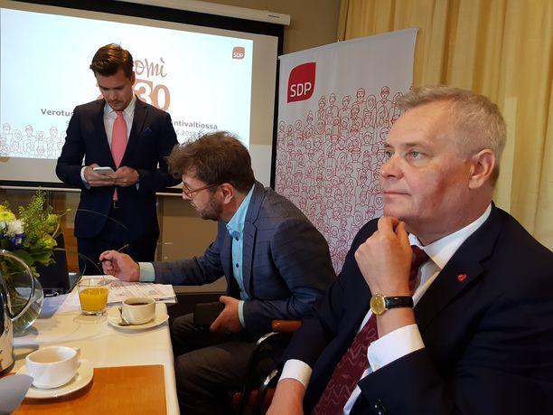 SDP julkaisi viime toukokuussa vero-ohjelman. Kuvassa puheenjohtaja Antti Rinne, vero-ohjelman valmistelua johtanut Timo Harakka ja viestintävastaava Dimitri Qvintus.