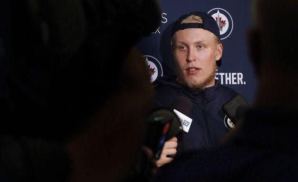 Patrik Laine kritisoi tehottomien jaksojen jälkeen itseään Winnipegin medialle.