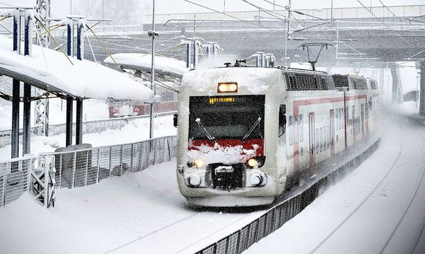 Reipas pakkanen ja lumi sekoittivat junaliikenteen maanantaiaamuna pääkaupunkiseudulla.