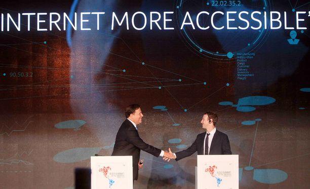 Panaman presidentti Juan Carlos Varela kättelee Facebookin toimitusjohtaja Mark Zuckerbergia Panamassa.