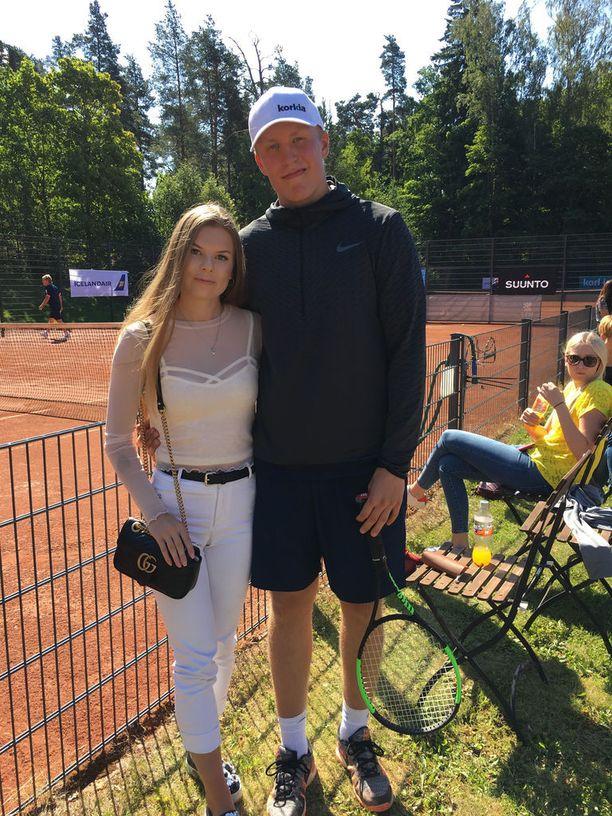 Kiekkoilijapari Sanna-Mari Kiukas ja Patrik Laine keräsivät katseita Bermuda-turnauksessa.