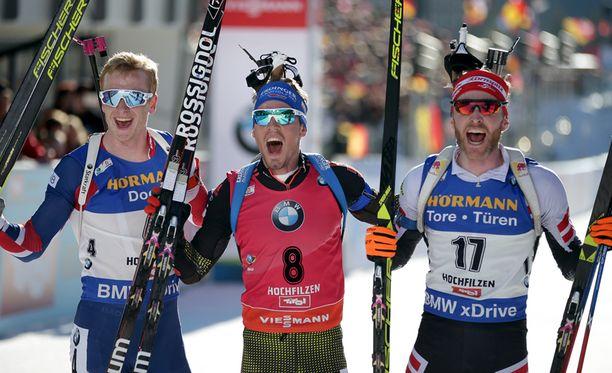 Johannes Bö (vas.), Simon Schempp ja Simon Eder muodostivat Itävallan Hochfilzenin MM-kisojen miesten yhteislähdön mitalikolmikon.