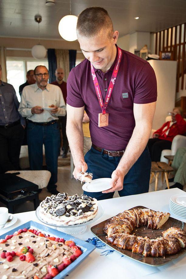 Elias Kuosmasen EM-pronssia juhlittiin perjantaina mitalikahveilla hänen kotonaan.