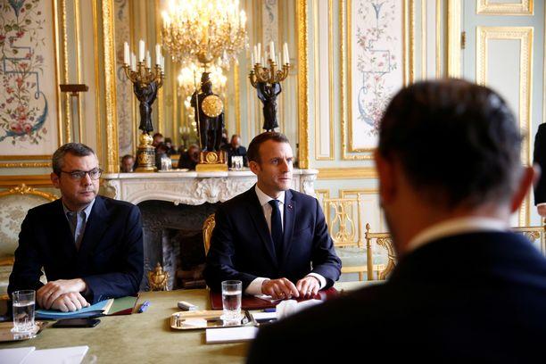 Ranskan hallitus ja turvallisuusviranomaiset pitivät maanantaina hätäkokouksen, jossa pohdittiin keinoja mellakoiden lopettamiseksi. Macron on luvannut vuoropuhelua tyytymättömien ihmisten kanssa.