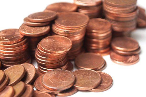 Helena halusi antaa kassalla viiden sentin arvosta yhden ja kahden sentin kolikoita. Hän yllättyi kaupan henkilökunnan käytöksestä. Kuvituskuva.