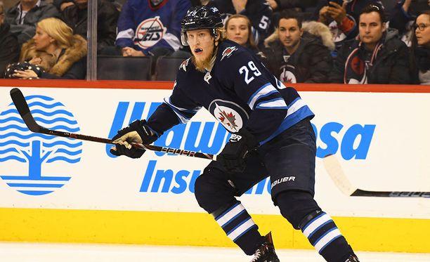 Winnipeg Jetsin Patrik Laine iski kauden 29. maalinsa ottelussa St. Louis Bluesia vastaan.