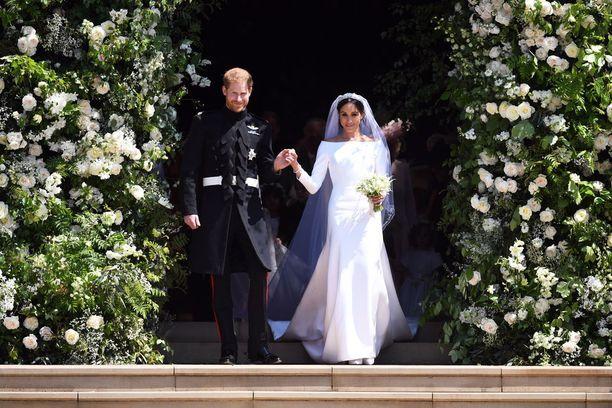 Herttua Harry ja herttuatar Meghan näyttivät onnellisilta tullessaan kirkosta ulos.