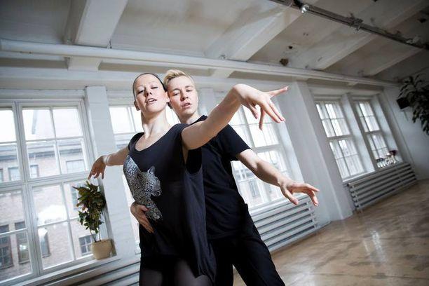 Piia Korpi (vas.) ja Santra Rinne niittävät mitaleja, mainetta ja kunniaa samaa sukupuolta olevien tanssikisoissa ympäri maailman.