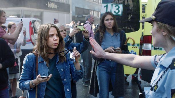 Anine (Alexandra Gjerpen) näyttelee sarjassa toimittajaa.