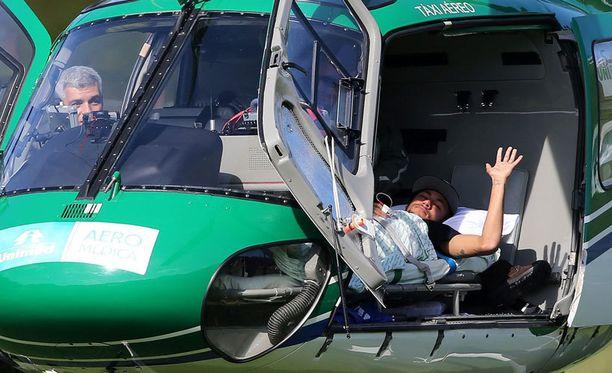 Neymar vilkutti valokuvaajille helikopterista.
