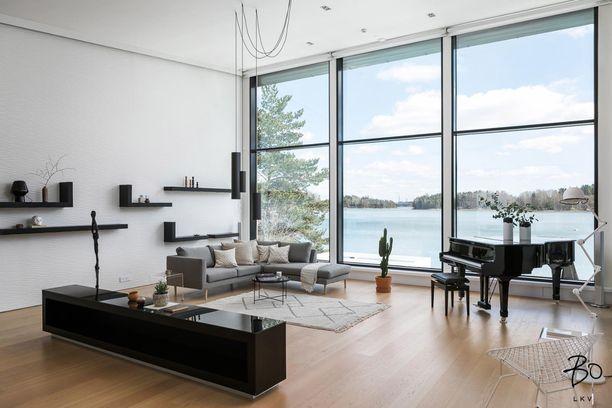 Asunnosta on merinäköalat Suomenlahdelle, oma ranta-alue ja laituri.