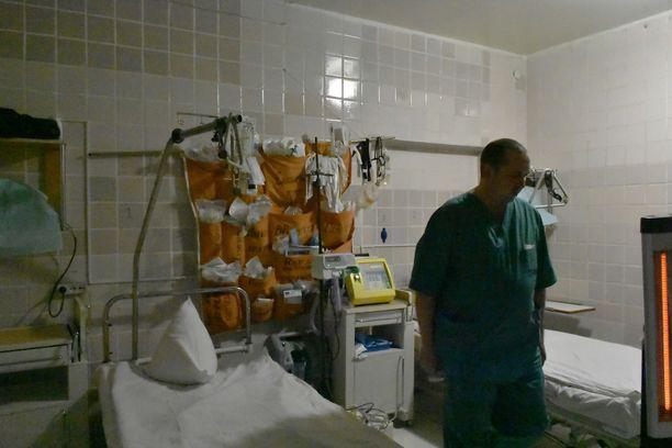 Telakkasairaalassa tarvikkeet on järjestelty siten, että kaikki on lääkäreiden ja hoitajien ulottuvilla välittömästi.