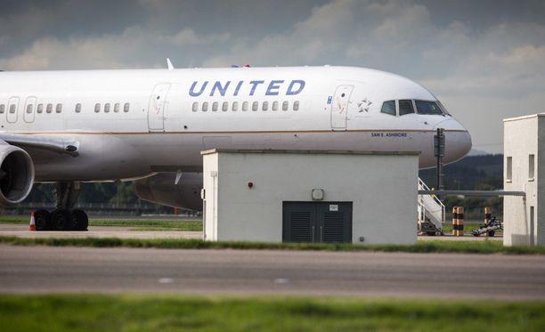 United Airlines kertoi, että lentäjä poisettiin koneesta ja hänen kanssaan keskustellaan myöhemmin.