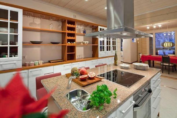 Saarekkeella varustetussa keittiössä mahtuu kokkailemaan ajan kanssa.
