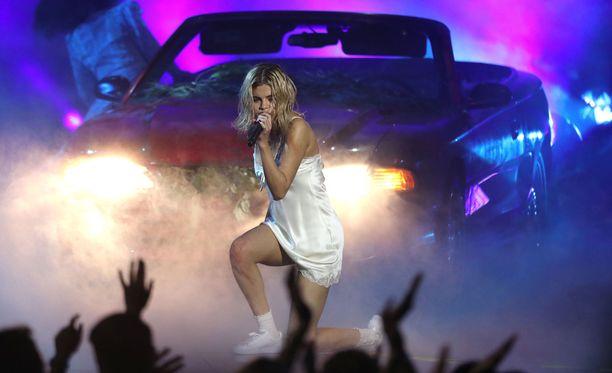 Selena Gomez esitti gaalassa Wolves-kappaleen.