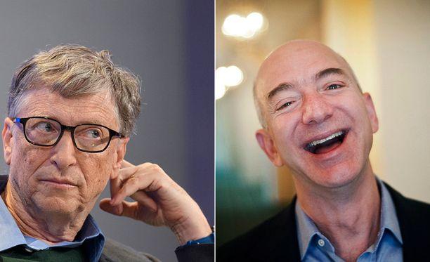 Maailman toiseksi rikkain mies Bill Gates (vas.) ja maailman rikkain mies Jeff Bezos.