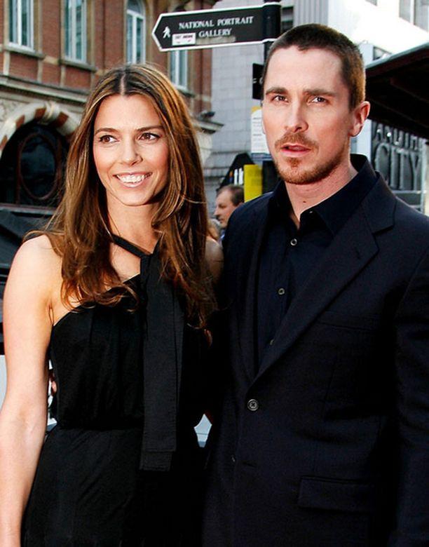 Vaimonsa Sibi Blazicin kanssa Yön ritari -leffan ensi-iltaan saapuneelta Christian Balelta ei irronnut eilen hymyä.