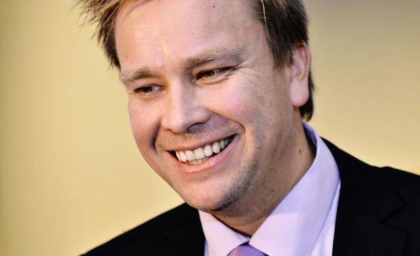 Kansanedustaja Antti Kaikkonen ei ole päässyt täysin irti Tanssii tähtien kanssa -kilpailusta. Kansa muistaa hänet edelleen.