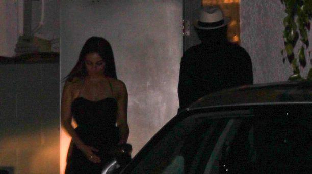 Mila Kunis ja Ashton Kutcher yrittivät livahtaa salaperäisinä ravintolan takaovesta.