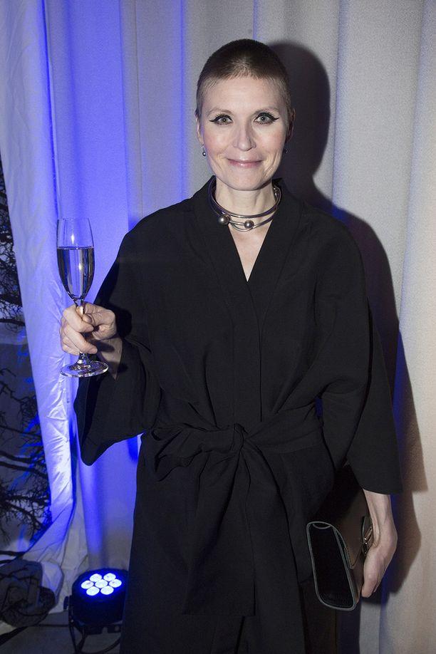 - Kaarina Suonperän pitäisi tulla käymään Club La Persé -klubi-illoissa ottamassa vähän vauhtia elämäänsä, stylisti Minttu Vesala kommentoi.
