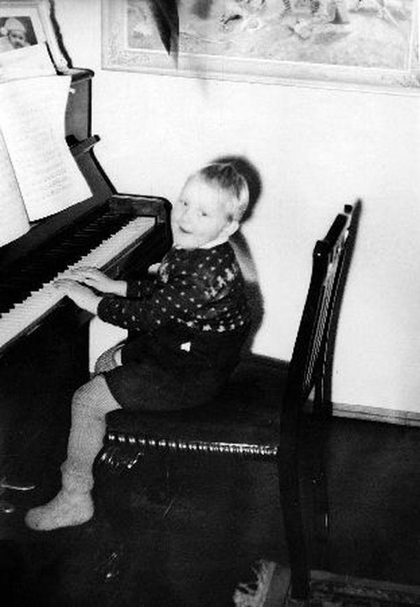 – Kotona musisoitiin paljon. Äiti oli konsertoinut laulajatar. Hänellä oli hyvin kaunis ääni. Kävin pienenä pianotunneilla, mikä oli hirveän suuri häpeä. Se piti tehdä niin, etteivät kaverit nähneet.
