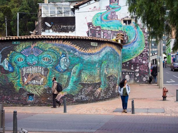 Seinää pitkin kiertävä lohikäärme Bogotassa, Kolumbiassa.