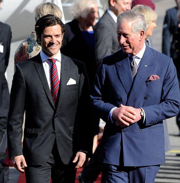 Aikuistuttuaan Carl Philip on saanut edustaa monissa tehtävissä. Tässä prinssi seurustelee Iso-Britannian kruununprinssi Charlesin kanssa vuonna 2012.